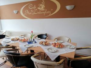 Gedeckter Tisch mit Kuchen- Wurstplatten  01