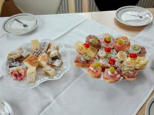 Gedeckter Tisch mit Kuchen- Wurstplatten 02