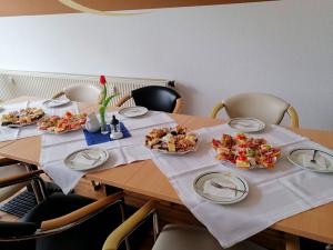Gedeckter Tisch mit Kuchen- Wurstplatten 03