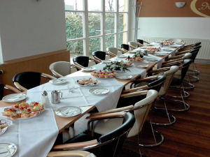 Gedeckter Tisch mit Kuchen- Wurstplatten 04