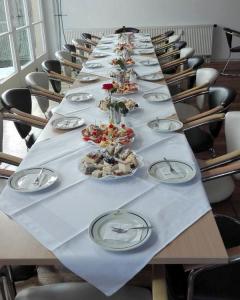 Gedeckter Tisch mit Kuchen- Wurstplatten 05