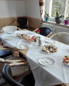 Gedeckter Tisch mit Kuchen- Wurstplatten 06